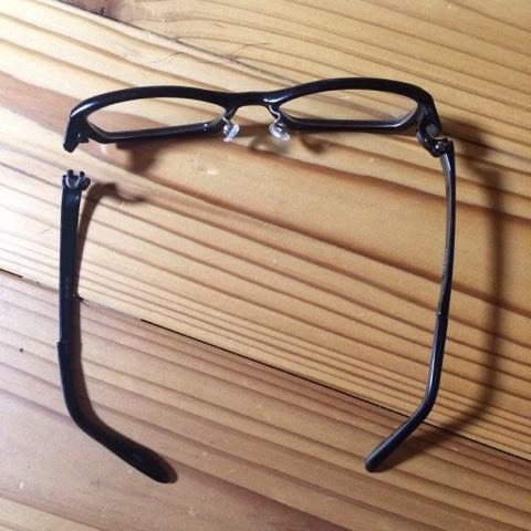折れたメガネ